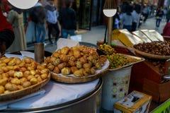 Koreaans straatvoedsel, Geroosterde kastanjes bij van het de Filmfestival van Busan Vierkant het Internationale (BIFF) Stock Afbeeldingen
