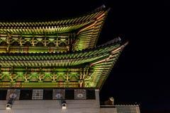 Koreaans traditioneel dak, Gyeongbokgung-Paleis bij nacht, Seoel, Zuid-Korea stock foto