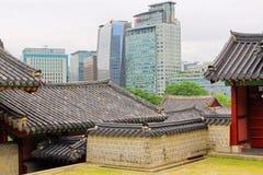 Koreaans Traditioneel Huis en Moderne Stad Stock Foto's