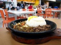 Koreaans voedsel in een sissende warmhoudplaat bij een voedselhof Royalty-vrije Stock Fotografie