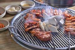 Koreaanse BBQ de plakbarbecue van de paddestoelkip stock afbeeldingen