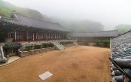 Koreaanse Boeddhistische Tempel daeseong-Am, dichtbij Beomeosa op een mistige dag Gevestigd in Geumjeong, Busan, Zuid-Korea, Azi? royalty-vrije stock foto's