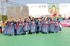 Koreaanse jongeren die voor Lotus Lantern vieren Royalty-vrije Stock Foto's