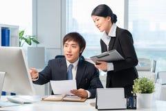 Koreaanse manager en zijn medewerker royalty-vrije stock afbeeldingen