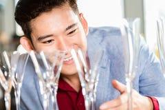 Koreaanse mens het kopen huishoudenpunten Royalty-vrije Stock Fotografie
