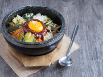 Koreaanse rijst mis met groenten en ei met Koreaanse saus Stock Foto