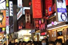 Koreaanse Seoel straat na zonsondergang Royalty-vrije Stock Afbeelding