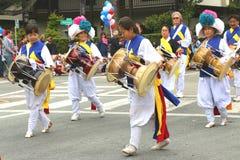 Koreaanse slagwerkers in kleurrijke traditionele kleding royalty-vrije stock afbeelding
