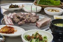 Koreaanse Varkensvleesbarbecue met kimchi apetizer bijgerecht stock fotografie
