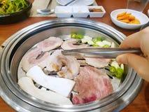 Koreaanse voedselstijl, Hoogste mening van geroosterd varkensvlees met oorsprongspaddestoel stock afbeeldingen