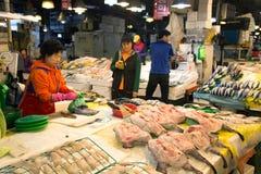 Koreaanse vrouw bij de vissenmarkt stock fotografie