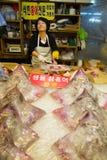 Koreaanse vrouw bij de vissenmarkt royalty-vrije stock afbeeldingen