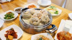 Koreaanse Wangmandu van vleesbollen, wordt kimchibollen gediend royalty-vrije stock foto's