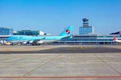 Korean Air Боинг 747 идет к стойке стоянкы автомобилей в Vaclav Havel Стоковое Изображение