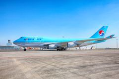 Korean Air Boeing 747 gaat naar de parkerentribune in Vaclav Havel Royalty-vrije Stock Fotografie