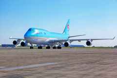 Korean Air Boeing 747 gaat naar de parkerentribune in Vaclav Havel Royalty-vrije Stock Foto's