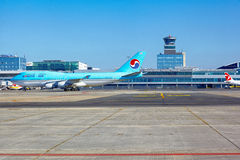 Korean Air Boeing 747 gaat naar de parkerentribune in Vaclav Havel Stock Afbeelding