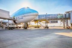 Korean Air Boeing 747 på flygplanparkeringsställningen i Vaclav Ha Arkivfoto