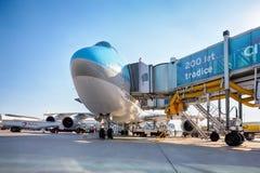 Korean Air Boeing 747 på flygplanparkeringsställningen i Vaclav Ha Arkivbild