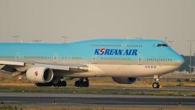 Korean Air Boeing 747 que lleva en taxi almacen de video