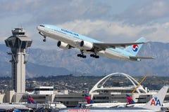 Korean Air Boeing 777 som tar av från Los Angeles den internationella flygplatsen royaltyfri foto