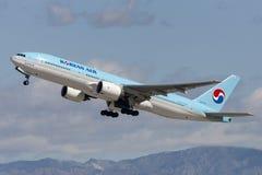 Korean Air Boeing 777 som tar av från Los Angeles den internationella flygplatsen Fotografering för Bildbyråer