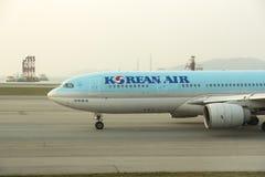 Korean Air decolla al catrame dell'aeroporto di Hong Kong Immagini Stock