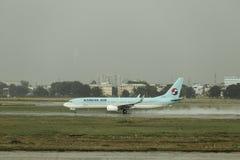 Korean Air die bij het regenachtige tarmac landen stock afbeeldingen