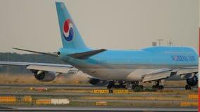 Korean Air mit einem Taxi fahrendes Boeing 747 stock video footage
