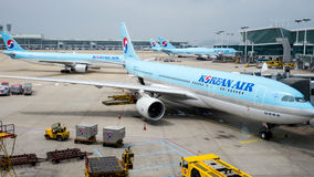 Korean Air nivåer på den Incheon flygplatsen Arkivfoto