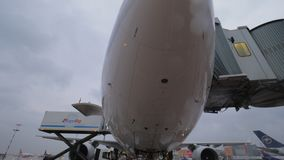 Korean Air surfacent avec le chargement de pont et de cargaison d'embarquement clips vidéos
