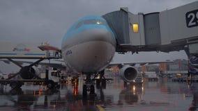 Korean Air surfacent avec le pont d'embarquement Bientôt départ à l'aéroport de Sheremetyevo banque de vidéos