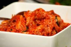 Koreaner Kimchi in der weißen Schüssel lizenzfreie stockbilder