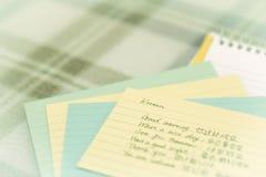 Koreanisch; Lernen von neuen Sprachschreibens-Grüßen auf dem Notizbuch Lizenzfreie Stockfotografie