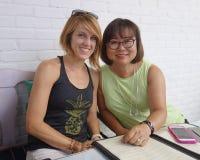 Koreanische Frau mit kaukasischer Stieftochter Lizenzfreie Stockfotos