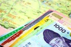 Koreanische Karte und Geld mit Paß und Visum Stockfotografie