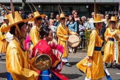 Koreanische Leute in den traditionellen Kostümen auf Karneval-der Kulturen-Karneval von Kulturen in Berlin lizenzfreie stockfotografie