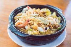 Koreanische Nudeln mit Garnelen, Kraken und kimchi lizenzfreie stockfotos