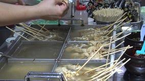 Koreanische Straßen-Nahrungsmittel oden Bestandteile, essen Leute Fischfrikadellen und anderen Imbiss stock video footage