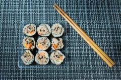 Koreanische Sushi-Rolle Kimbap, Thunfisch auf die Oberseite Lizenzfreie Stockbilder