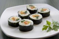 Koreanische Sushi und ein Petersilieblatt. Lizenzfreies Stockfoto