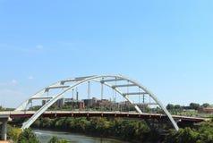 Koreanische Veteranen-Boulevard-Brücke über Cumberland River in Nashville, Tennessee stockfotos