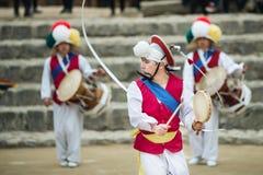 Koreanische Volkstänzer und Musiker Stockbilder