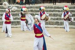 Koreanische Volkstänzer und Musiker Lizenzfreies Stockfoto