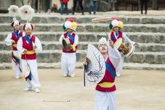 Koreanische Volkstänzer und Musiker Stockfotos