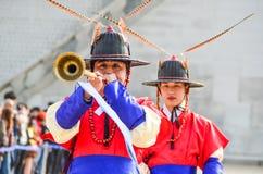 Koreanische Wachposten mit traditionellem Musikinstrument Stockfoto
