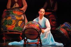 Koreanische weibliche Schauspielerin, die traditionelle Trommel spielt lizenzfreie stockfotos