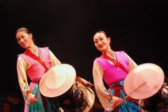 Koreanische weibliche Schauspielerin, die traditionelle Trommel spielt stockfotografie