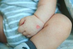 Koreanischer Abstimmungsstempel auf der Hand des neugeborenen Babys Lizenzfreie Stockfotos