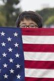 Koreanischer Amerikaner Boyscout und US-Flagge bei Memorial Day -Ereignis 2014, Los Angeles-nationaler Friedhof, Kalifornien, USA Lizenzfreie Stockfotografie